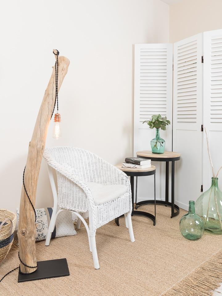 ambiance nature lampadaire en bois flott et ampoule. Black Bedroom Furniture Sets. Home Design Ideas