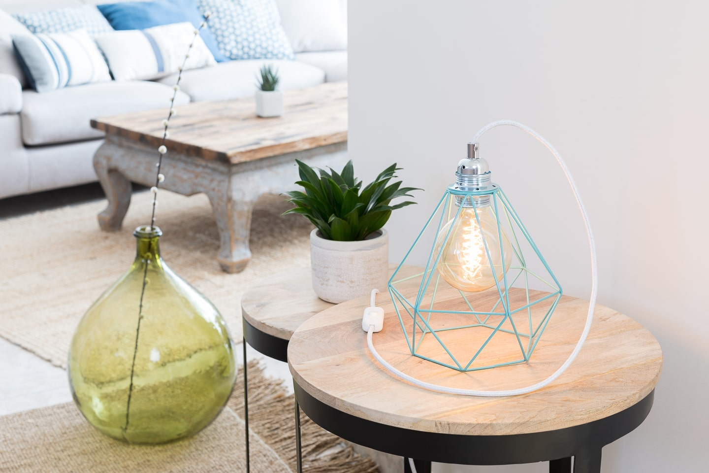 lampe cage poser en m tal turquoise et ampoule globe vintage ambiance nature. Black Bedroom Furniture Sets. Home Design Ideas
