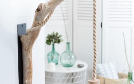 Applique en bois flotté, le câble électrique est une corde en jute de diamètre 16 mm, la douille E27 est en bois naturel non traité, la platine est en acier peinte en noir.