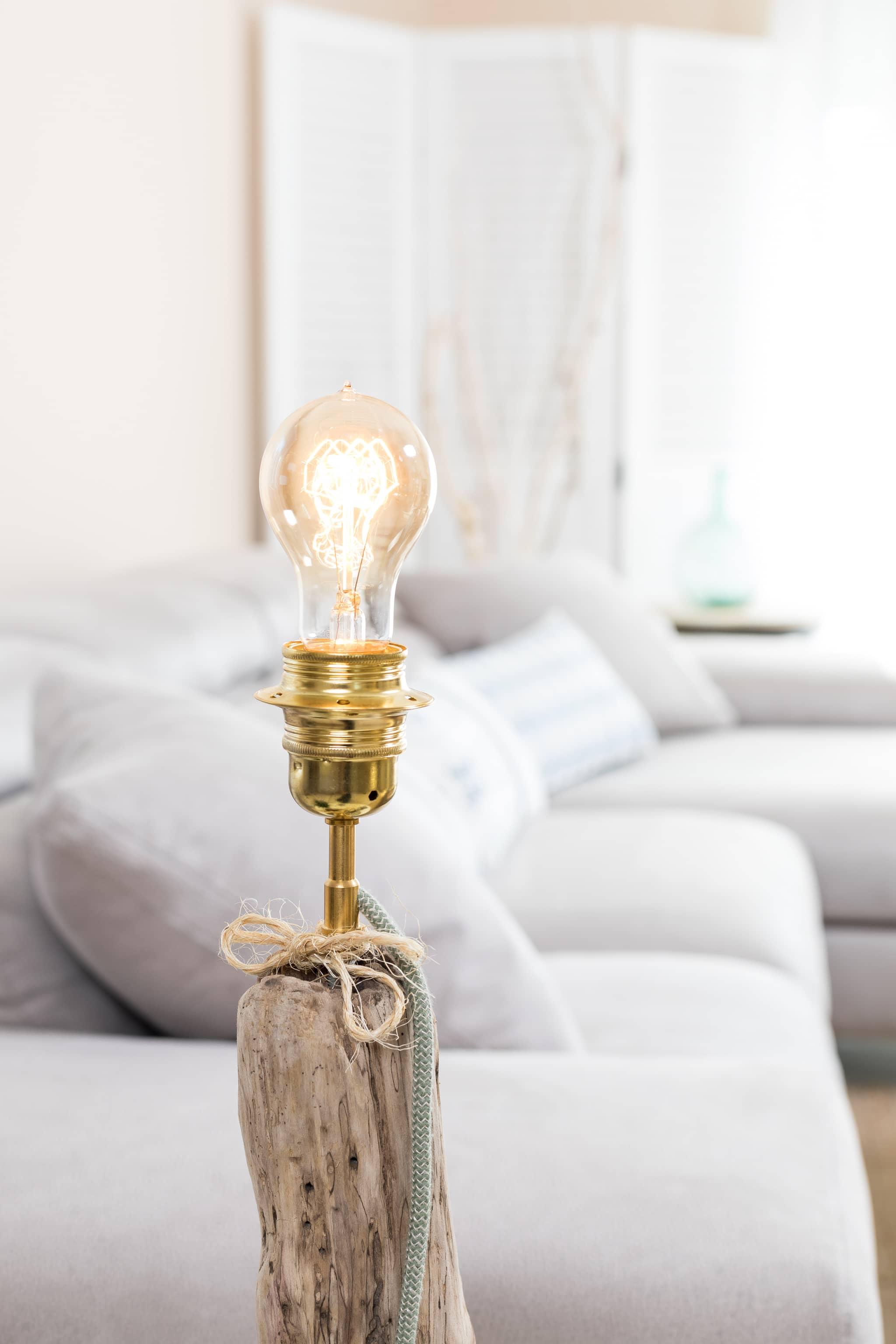 lampe en bois flott et ampoule goutte vintage ambiance nature. Black Bedroom Furniture Sets. Home Design Ideas