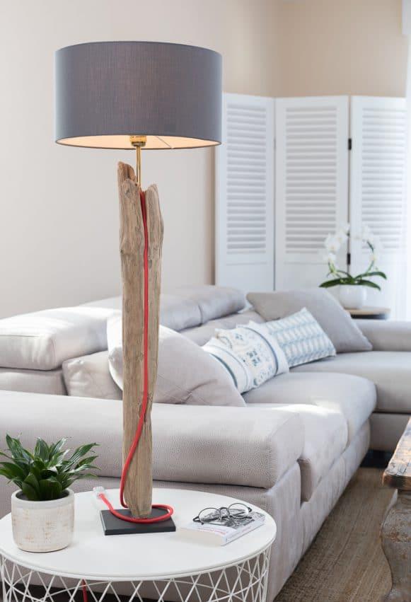 Lampe en bois flotté, l'abat-jour est en coton gris ardoise fabriqué à la main en France, la douille E27 est en métal laiton, le câble électrique est rond en coton rouge, le socle est en acier peint en noir avec une feutrine collée en dessous.