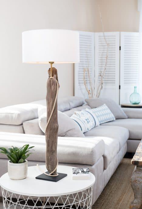 Lampe en bois flotté, l'abat-jour est en coton blanc fabriqué à la main en France, la douille E27 est en métal laiton, le câble électrique est rond en jute, le socle est en acier peint en noir avec une feutrine collée en dessous.
