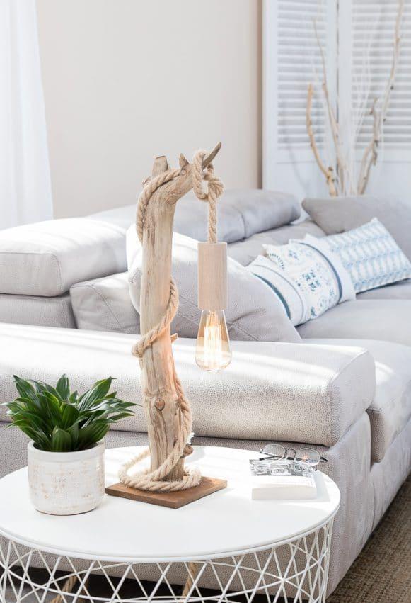 Lampe en bois flotté, la douille E27 est en bois naturel non traité, le câble électrique est en corde jute, l'ampoule Edison est à filament de carbone, le socle est en corten avec une feutrine collée en dessous.