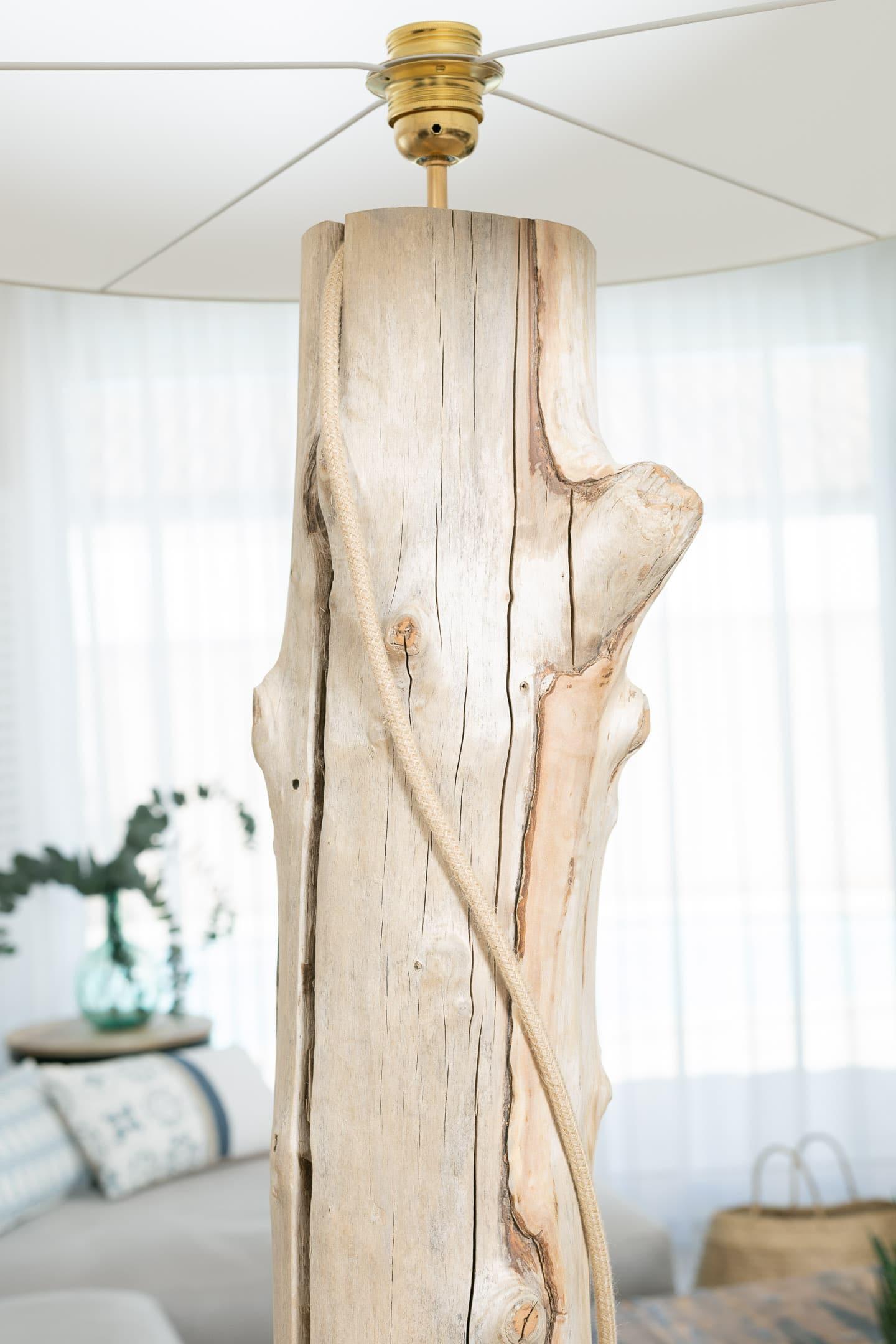 lampadaire en bois flott avec abat jour vendu devis sur. Black Bedroom Furniture Sets. Home Design Ideas